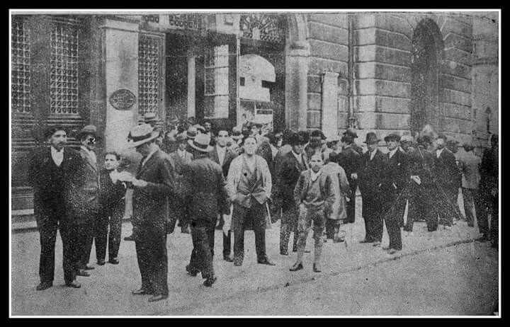 Estamos en abril de 1931, se celebran elecciones y vemos a muchas personas delante del Teatro Campoamor, que era colegio electoral en aquellos años .