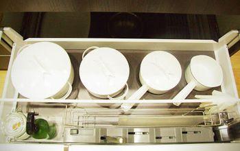 ミニマリスト 持たない暮らし  野田琺瑯の数々。  ブログではキッチンまわりだけではなく、収納にも野田琺瑯を多く登場します。 洗剤や、パッケージのデザインが派手なストック品、中身がみえないので道具入れはインナーの収納にも。