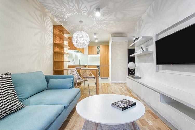 Weiße Wohnwand, Küche Mit Holzfronten Und Blaues Sofa