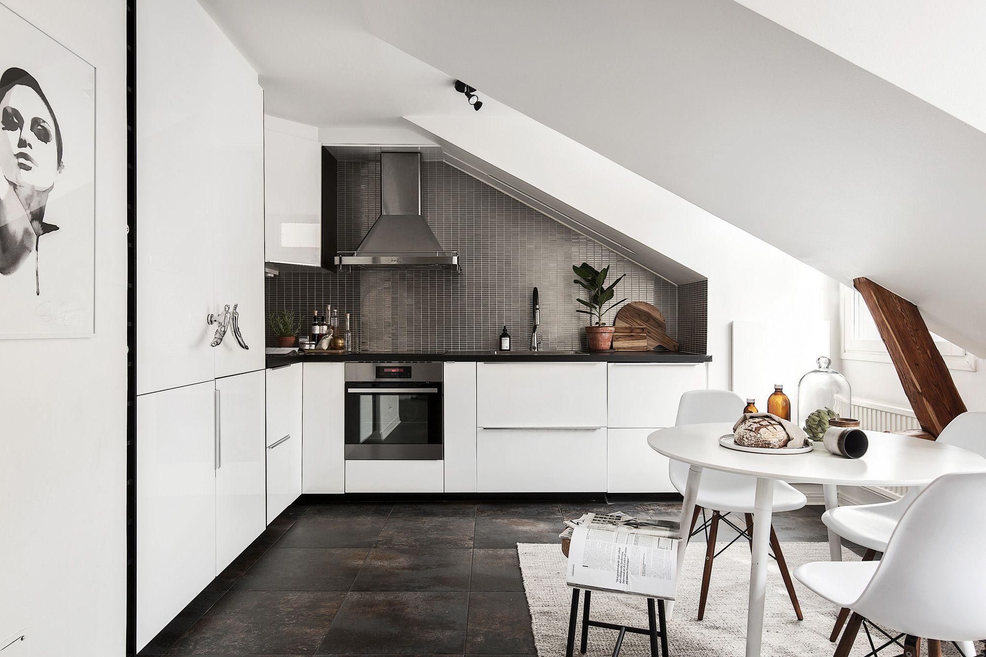 Une grande #cuisine aménagée sous pente ! #déco #noir #blanc ...