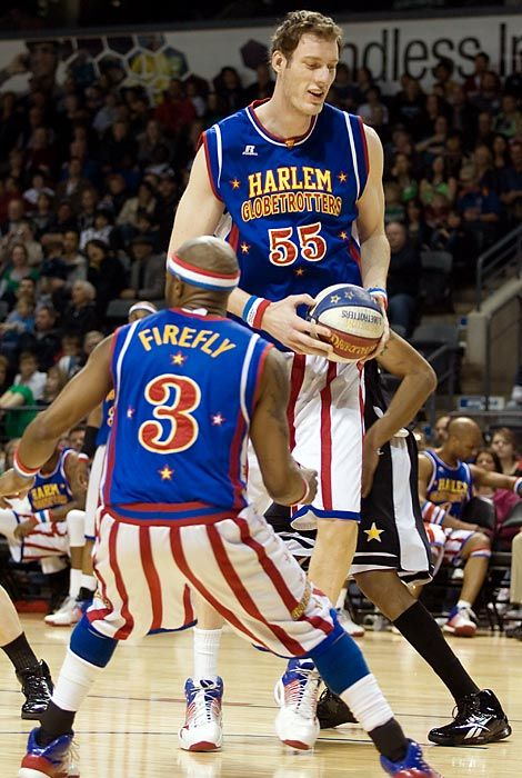 Paul Tiny Sturgess Standing 7 8 Is Not Only The Tallest Harlem Globetrotter But Also The Tallest Person To Eve Tall People Harlem Globetrotters Tall Guys