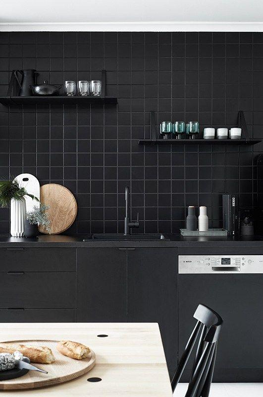 Total look noir dans la cuisine Kitchens, Black kitchens and Interiors