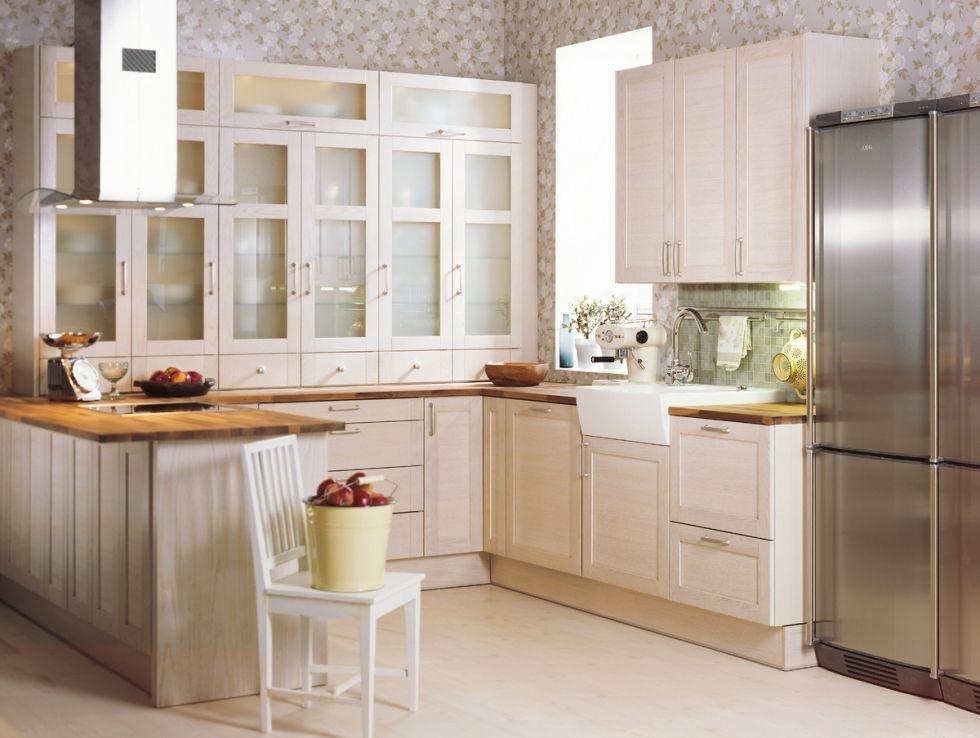 Tammi kestää kulutusta Tämän keittiön tyyli on viehättävän väljä ja antaa mahdollisuuden niin ilmeen pelkistämiseen kuin rehevöittämiseen, mieltymysten mukaan. Tyylin pohjana on valkosävyiseksi värjätyt tammikehysovet ja tasoina hyvin aikaa ja kulutusta kestävää massiivipalatammea. Yksinkertaisesti kaunis yhdistelmä.