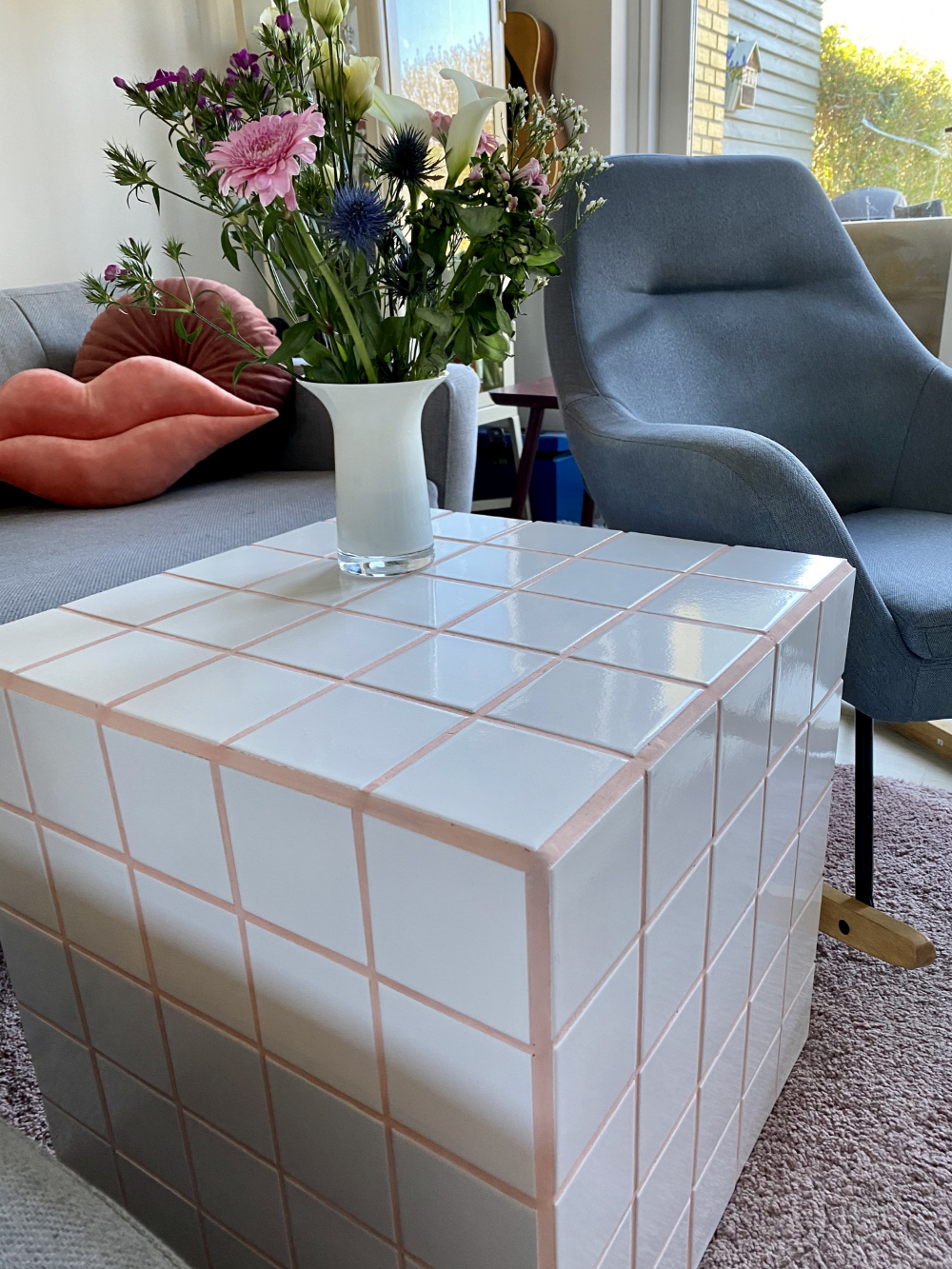 DIY Flisebord i kubeform med lyserød fuge