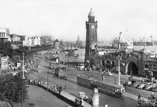 Hamburg war und ist ein Stadtstaat. Das ursprüngliche Hamburger Staatsgebiet erstreckte sich von der Elbe entlang des schmalen Alsterstroms handtuchartig weit nach Norden. Nicht weit im Westen lag die Hafenstadt Altona, im Osten die Stadt Wandsbek und im Süden das jahrhundertelang hannoversche Harburg. Das wurde mit der Verstädterung in der sogenannten Gründerzeit (ab 1871) zum Problem. Funktionierten im Alltag die vier Städte bald als ein einheitlicher Ballungsraum, blieben sie…
