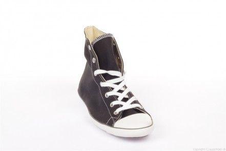 Den originale All Star Light basket støvle med højt skaft og det klassiske logo på indersiden! Sålen er udstyret med en skridsikker gummibund, som gør skoen blød og stødabsorberende! Kanvas materialet gør skoen åndbar og åndbarheden er optimal på grund af to lufthuller placeret på siden af skoen, så man slipper for overophedede fødder! Denne model har været på markedet i mange år og modellen passer sammen med alle stilarter, og med det rette outfit, gå til alle begivenheder!