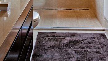 10 Lavabos e Banheiros que utilizam Tapetes na Decoração