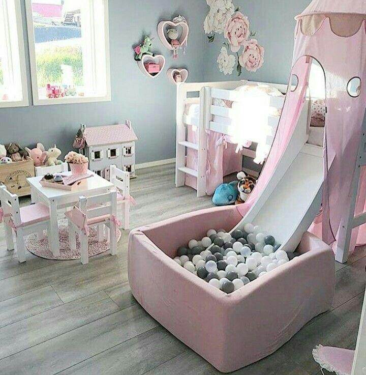 Tolle Ideen für ein Mädchenzimmer! Rosa Rutsche mit Kugelbecken. - Kelly Blog #girlsbedroom