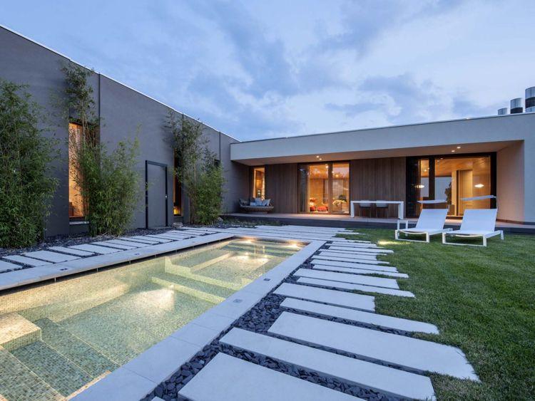 Naturstein Im Garten Und Innenbereich Eines Modernen Hauses In San Marino