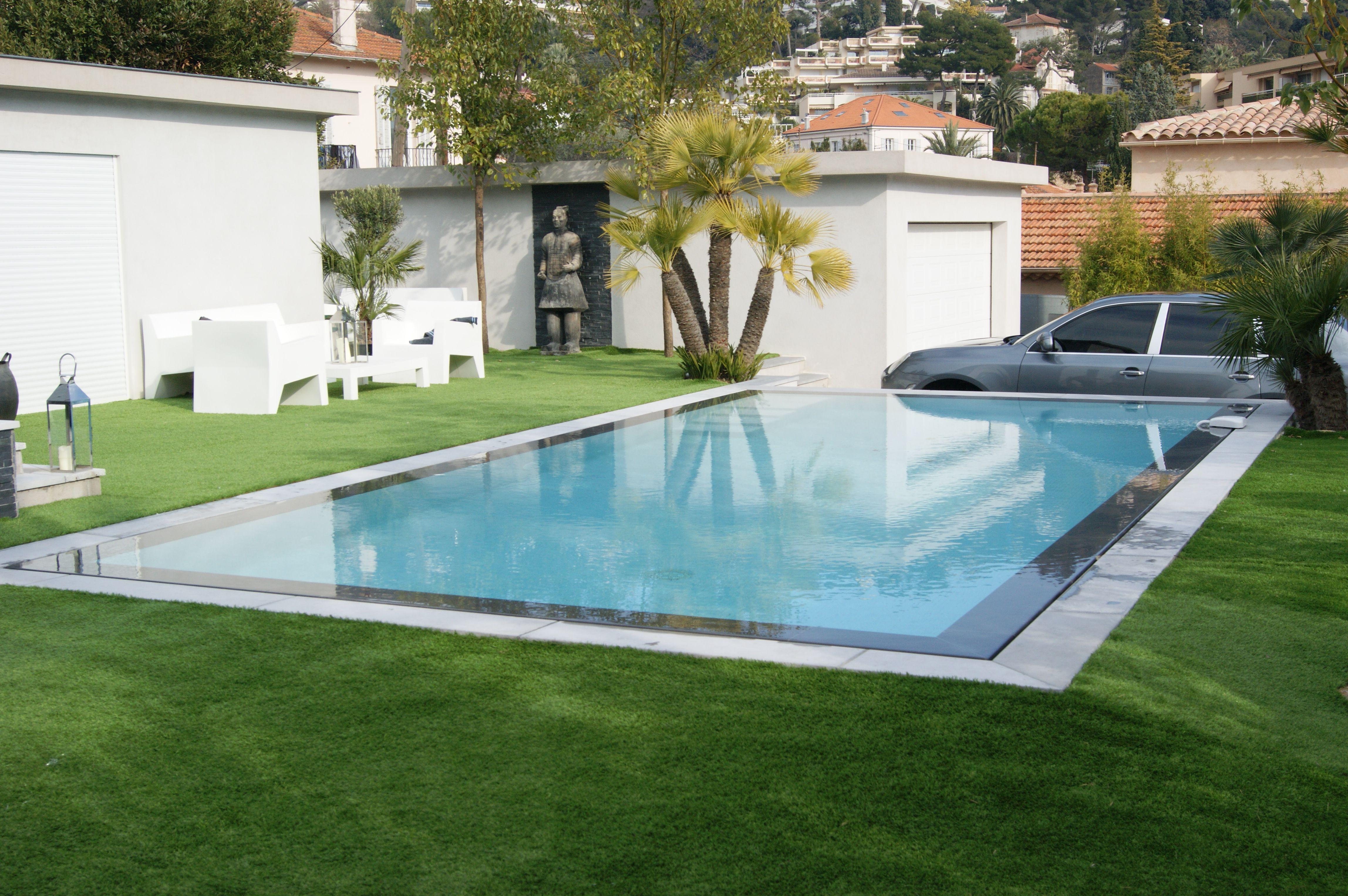 Tel Un Tapis Aquatique Dans Votre Espace De Vie La Piscine Miroir - Carrelage piscine et tapis bleu foncé