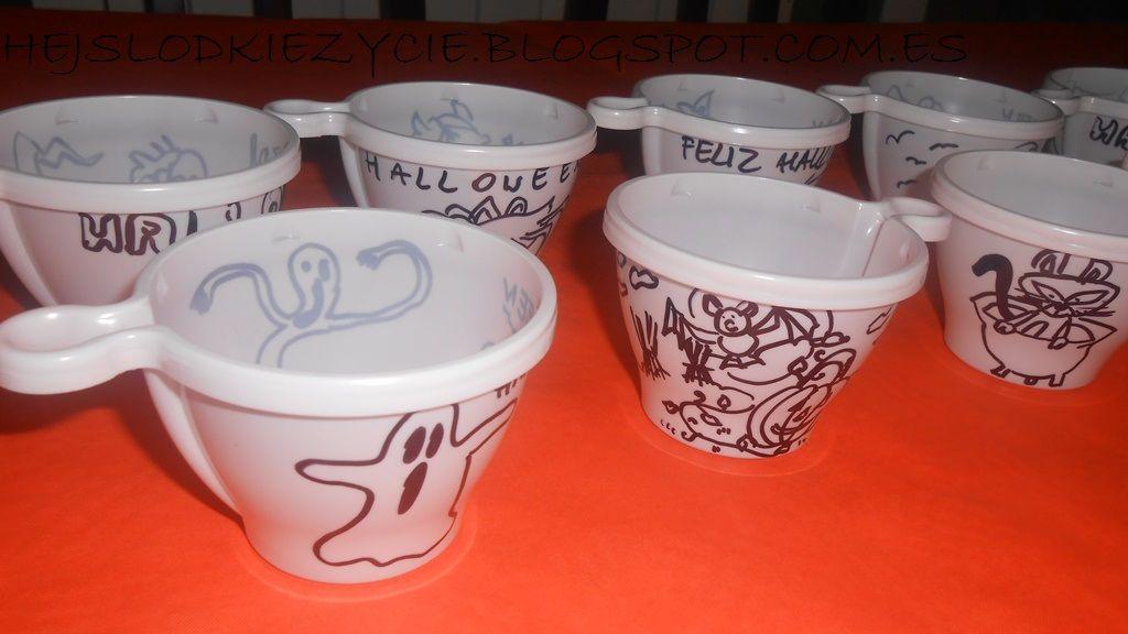 Decoracion facil y economica para Halloween:)Vasitos de plastico para chuches:)