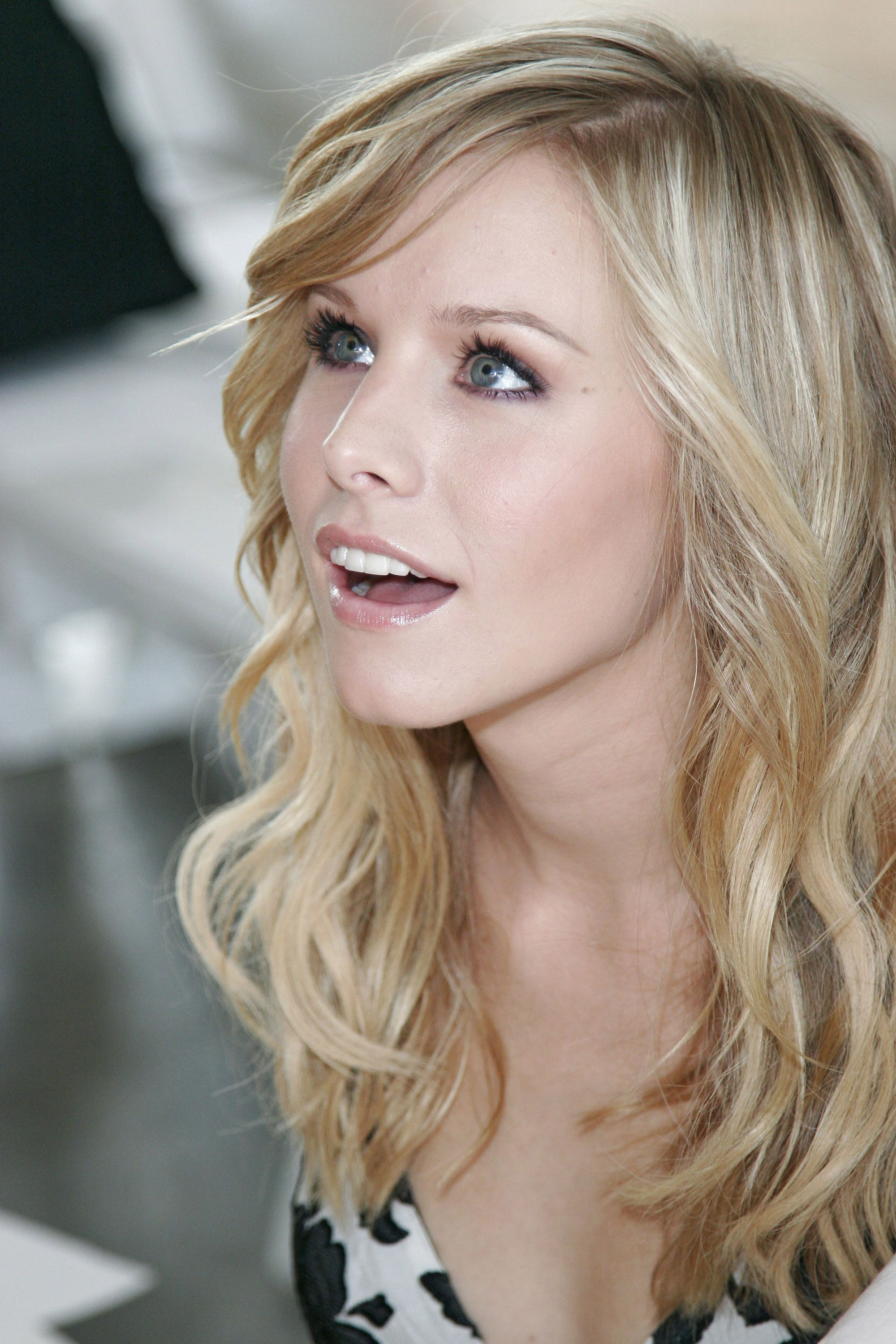 Katie lowes long wavy casual hairstyle thehairstyler com - Kristen Bell Need This Hair Color