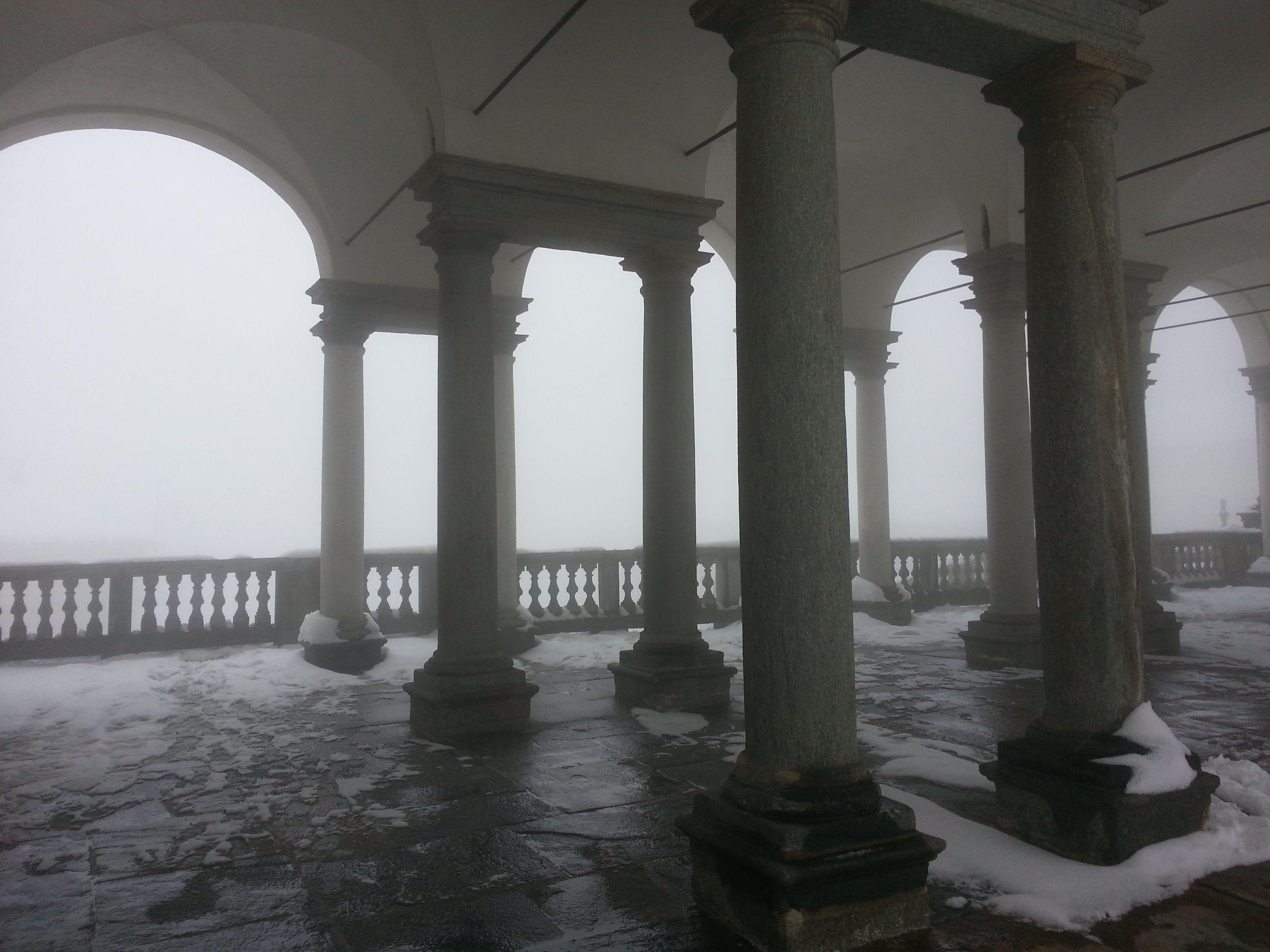 I porticati di Oropa sfumati dalla nebbia #santuario #oropa #piemonte #unesco