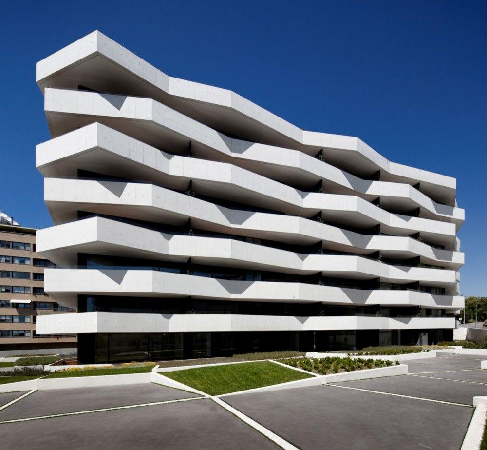 Dit gebouw doet mij denken aan het gebouw van het Grafisch Lyceum Rotterdam, alleen dan de modernere versie.