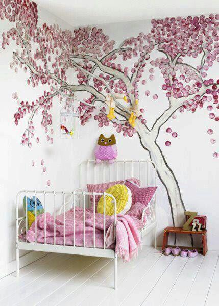 Vaaleanpunainen puu on vallannut lastenhuoneen.