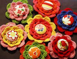 Resultado de imagem para flores de croche feita com botoes de blusa