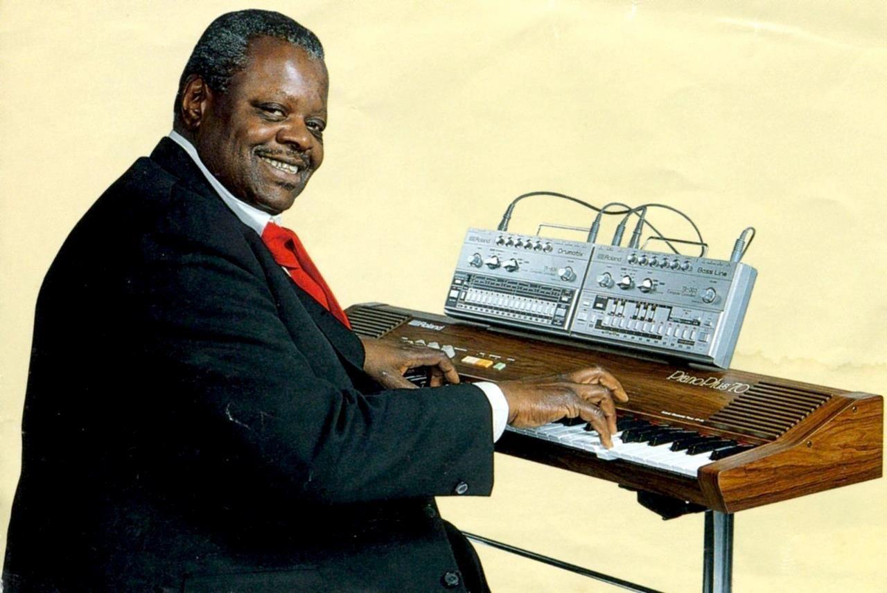 ローランド PianoPlus 70を弾くオスカー・ピーターソン。バッキング・マシンとしてTB303とTR606