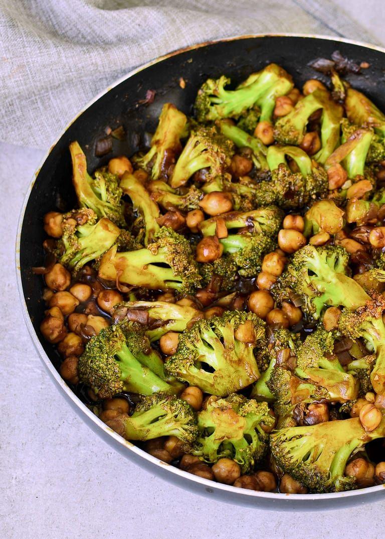 Einfache Brokkoli Pfanne mit Kichererbsen und Reis (vegan) - Elavegan