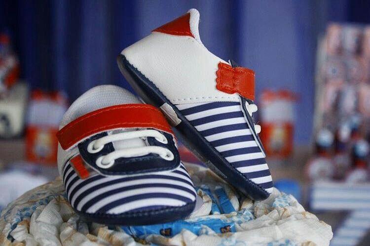 Lindos sapatinhos no topo do bolo de fraldas marinheiro