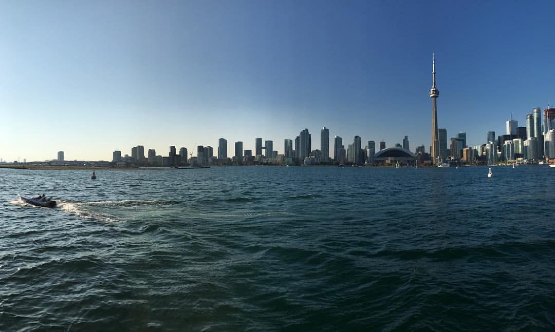 """42 Me gusta, 6 comentarios - Diwoh! (@diwoh_travel) en Instagram: """"Toronto desde la bahía en el Lago Ontario. Preciosa ciudad, bien cuidada y con buena calidad de…"""""""