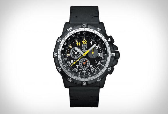 Para comemorar seu 25º aniversário, a empresa suíça de relógios, Luminox, lançou uma série de relógios de alta performance, incluindo o belíssimo cronógrafo Recon Leader. Ideal para os aventureiros, este relógio resistente possui uma