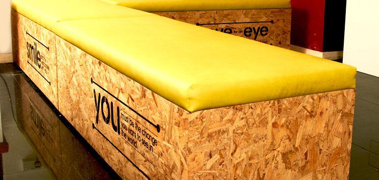 sitzbank aus osb platten mit gelber auflage und stempel. Black Bedroom Furniture Sets. Home Design Ideas