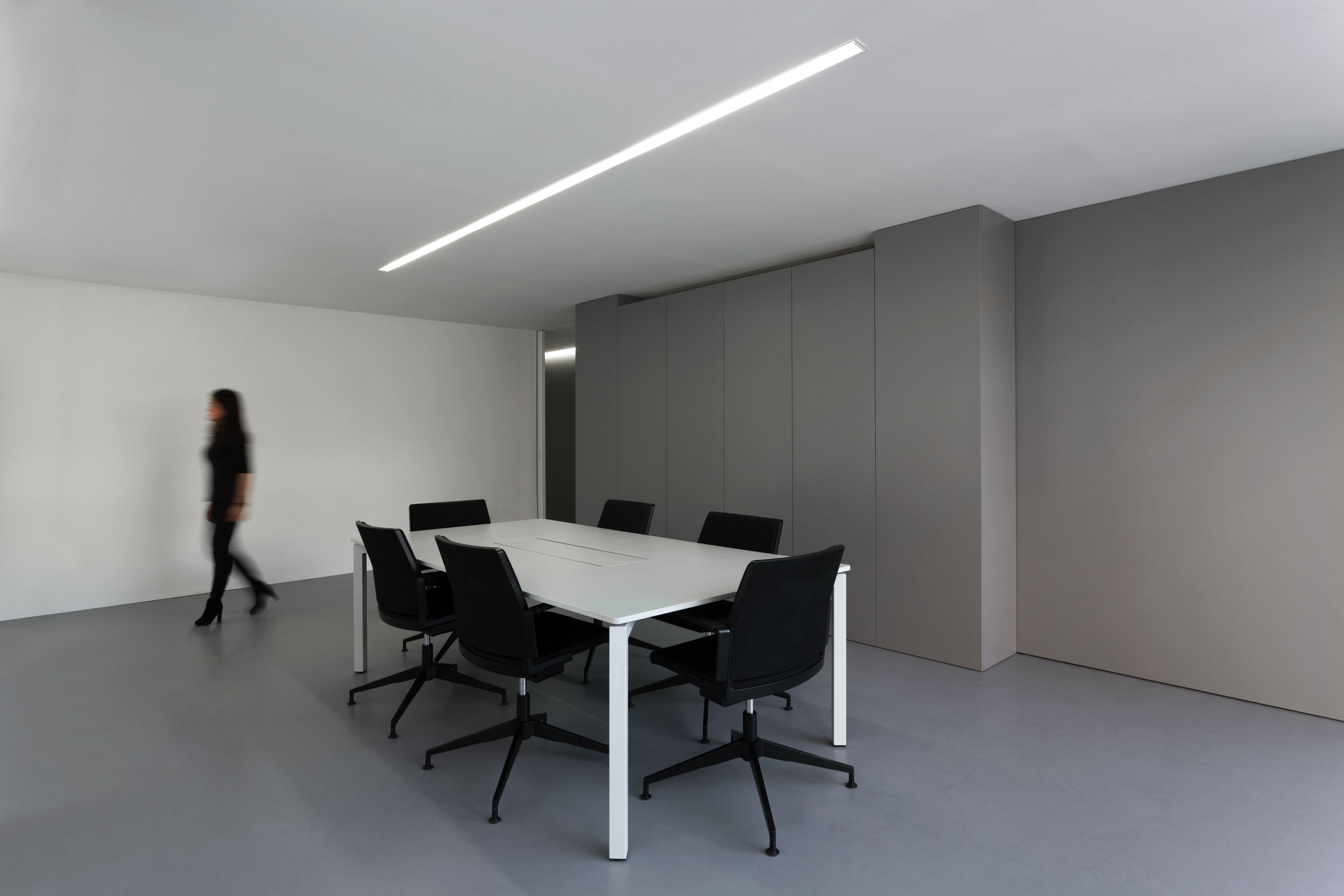 minimal office. #fransilvestrearquitectos #alfarohofmann #architecture #arquitectura # Minimal #office #space #lineallight #workspace #oficina #luz #white #interiordesign Office I