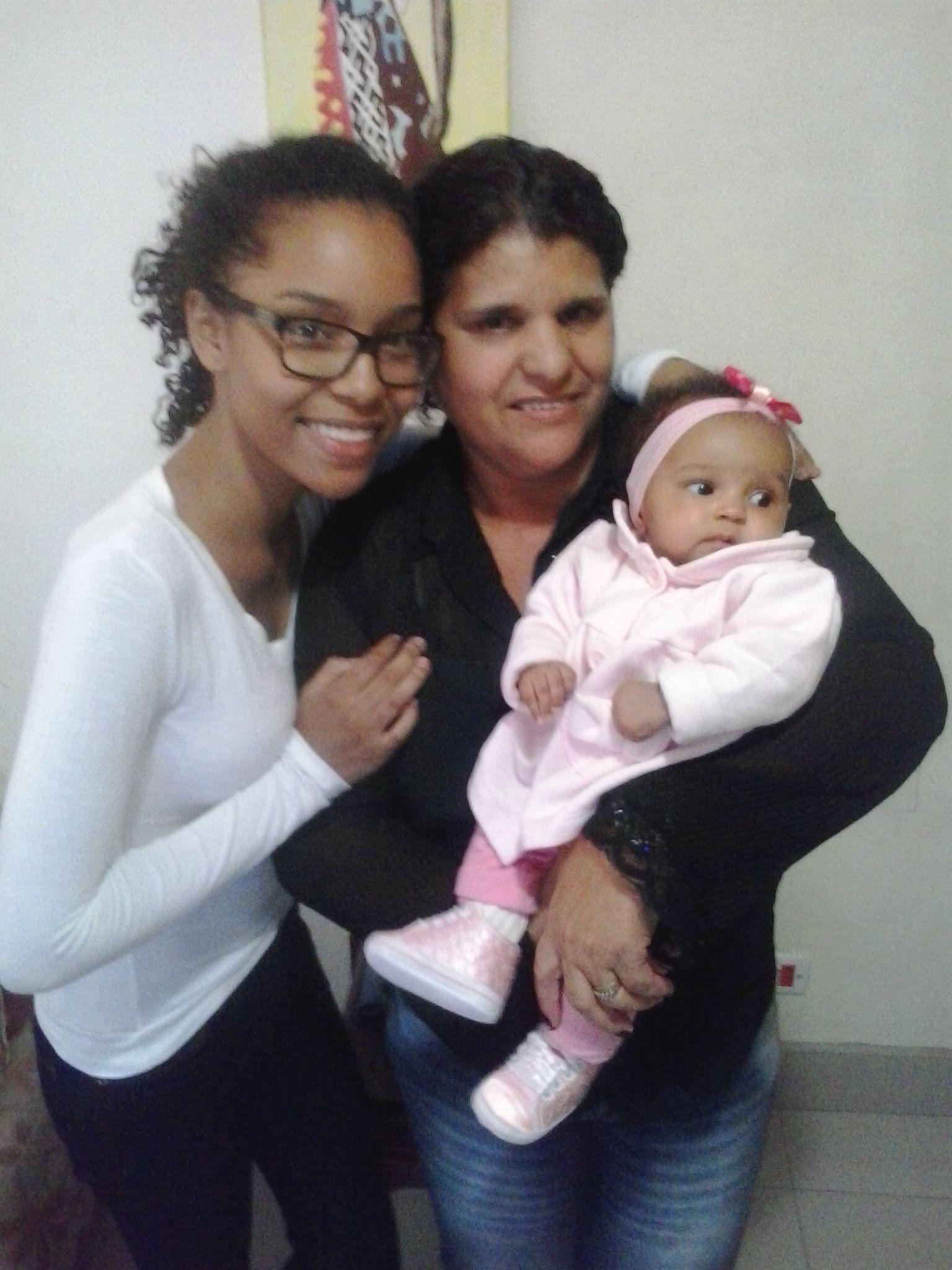 Rosana e suas sobrinha, Karina e sua filhinha, a pequenucha Isadora...