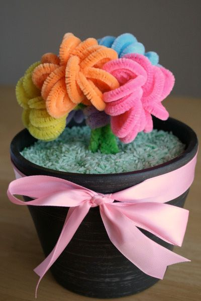 Pipe cleaner bouquet. Turn a handful of pipe cleaners into a beautiful work of art inspired by Make and Takes that Mom will want to display all year-round. #DIY #Crafts #MothersDay