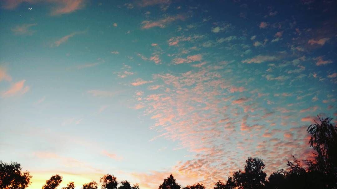 Mi cielo de lunes por la mañana #skies #sunrise #lunes #mondaymotivation #work #nubes #nubologia #igers #colors #instalike #amanecer