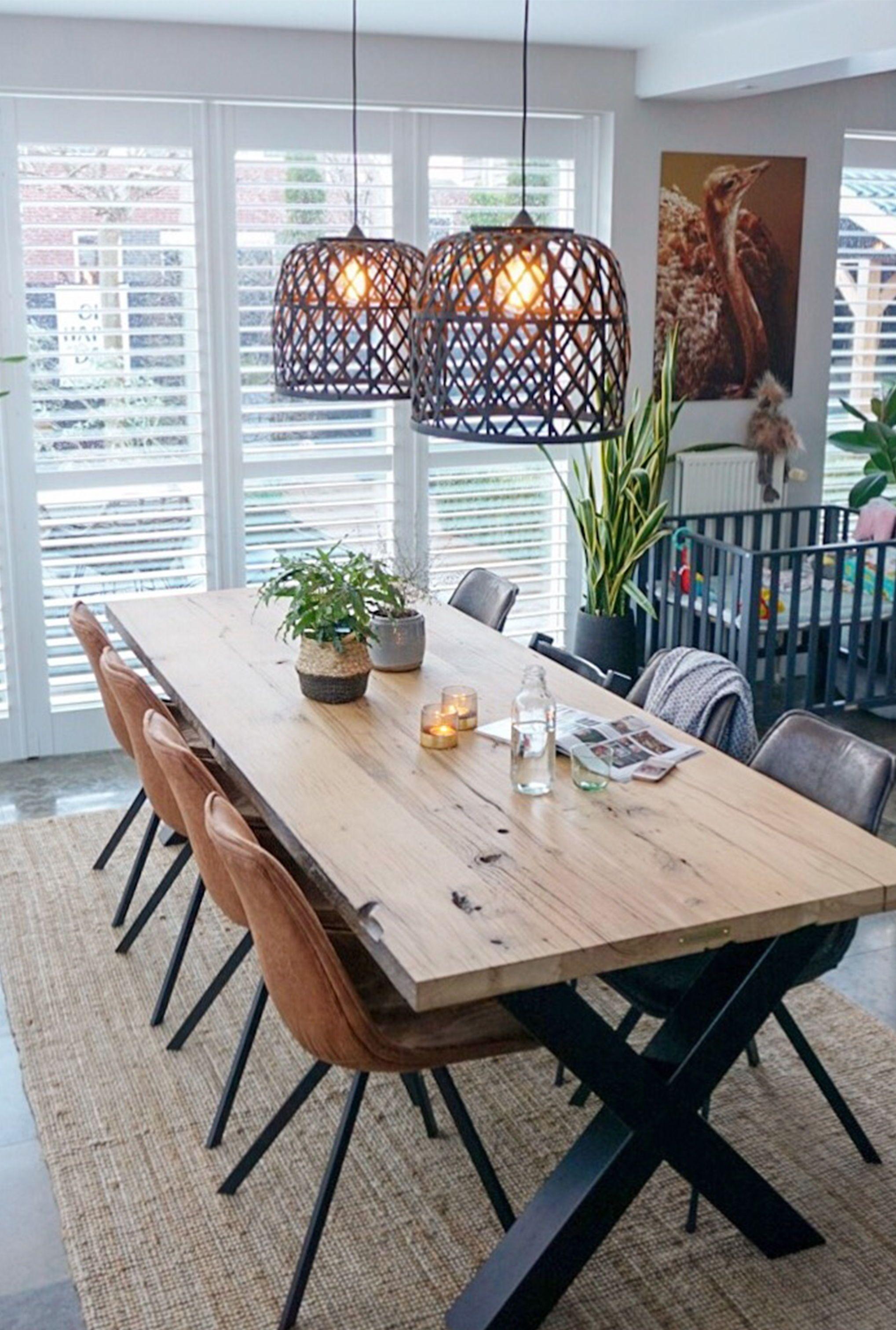 Een grote eettafel is gezellig en zorgt voor een statement in de eetkamer   A large dining table is fun for guests and creates a statement in the dining room #diningtable #industrial #botanical   Eigen Huis en Tuin #diningroom