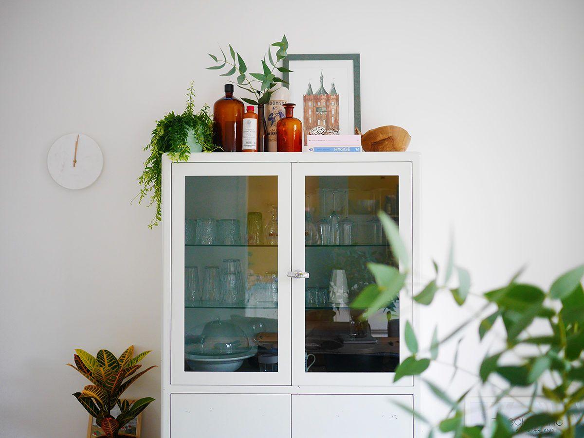 In Mijn Nieuwe Huis Zette Ik Snel Allemaal Spulletjes Bovenop Mijn Vrij Hoge Dokterskast Het Is Een Mooie Hogere Plek Kast Decoreren Kast Decoratie Decoreren