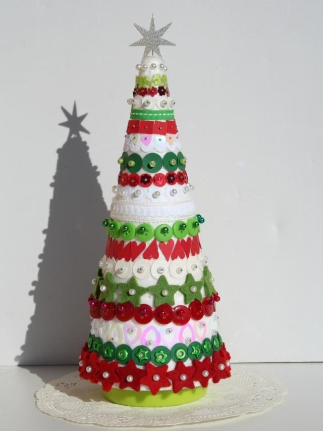 Arbol hecho a mano con obejtos decorativos ideas for Decoracion de navidad manualidades faciles