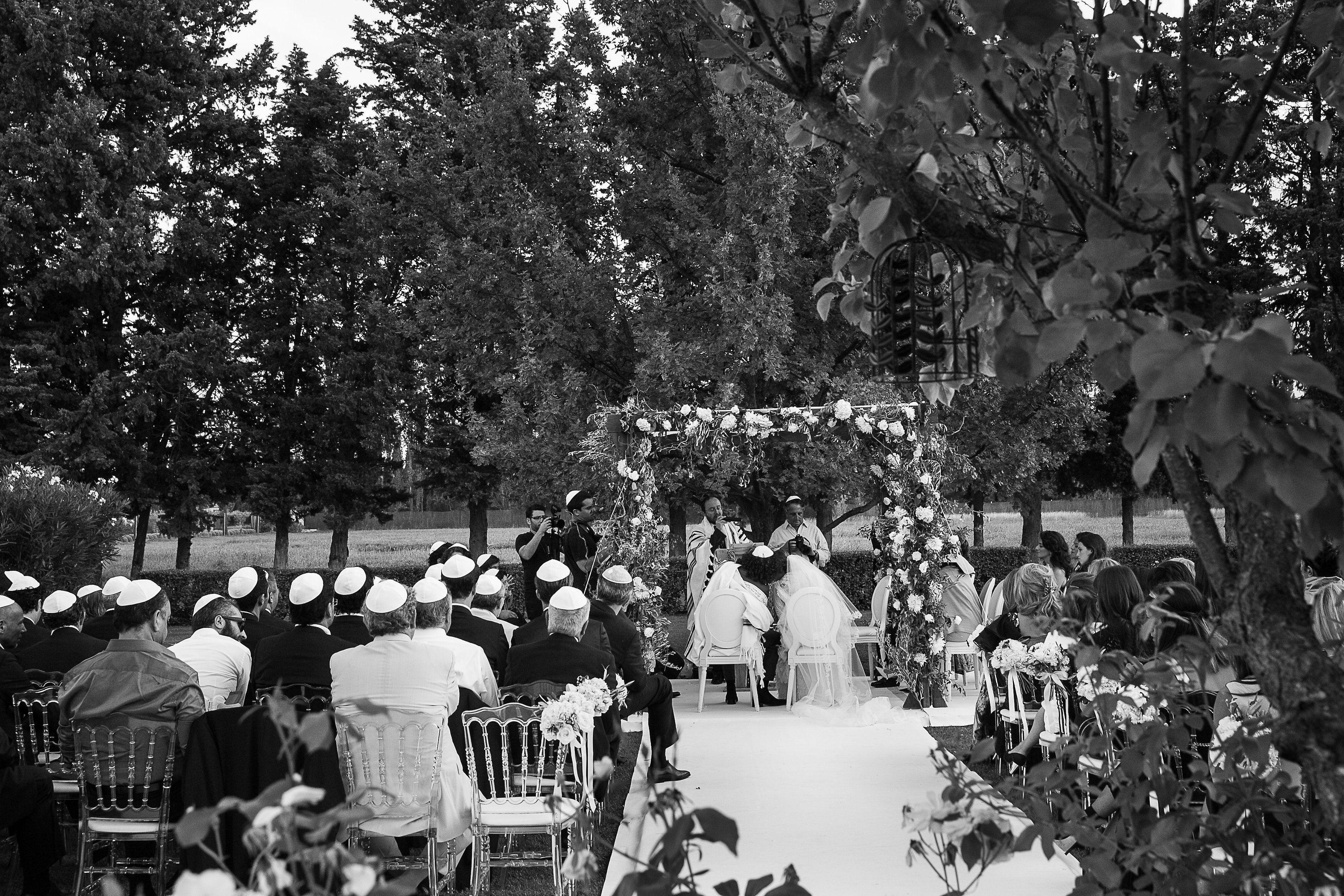 Cérémonie religieuse israélite en Provence, houppa fleurie par A Fleur & à Mesure www.mariagedanslair.com