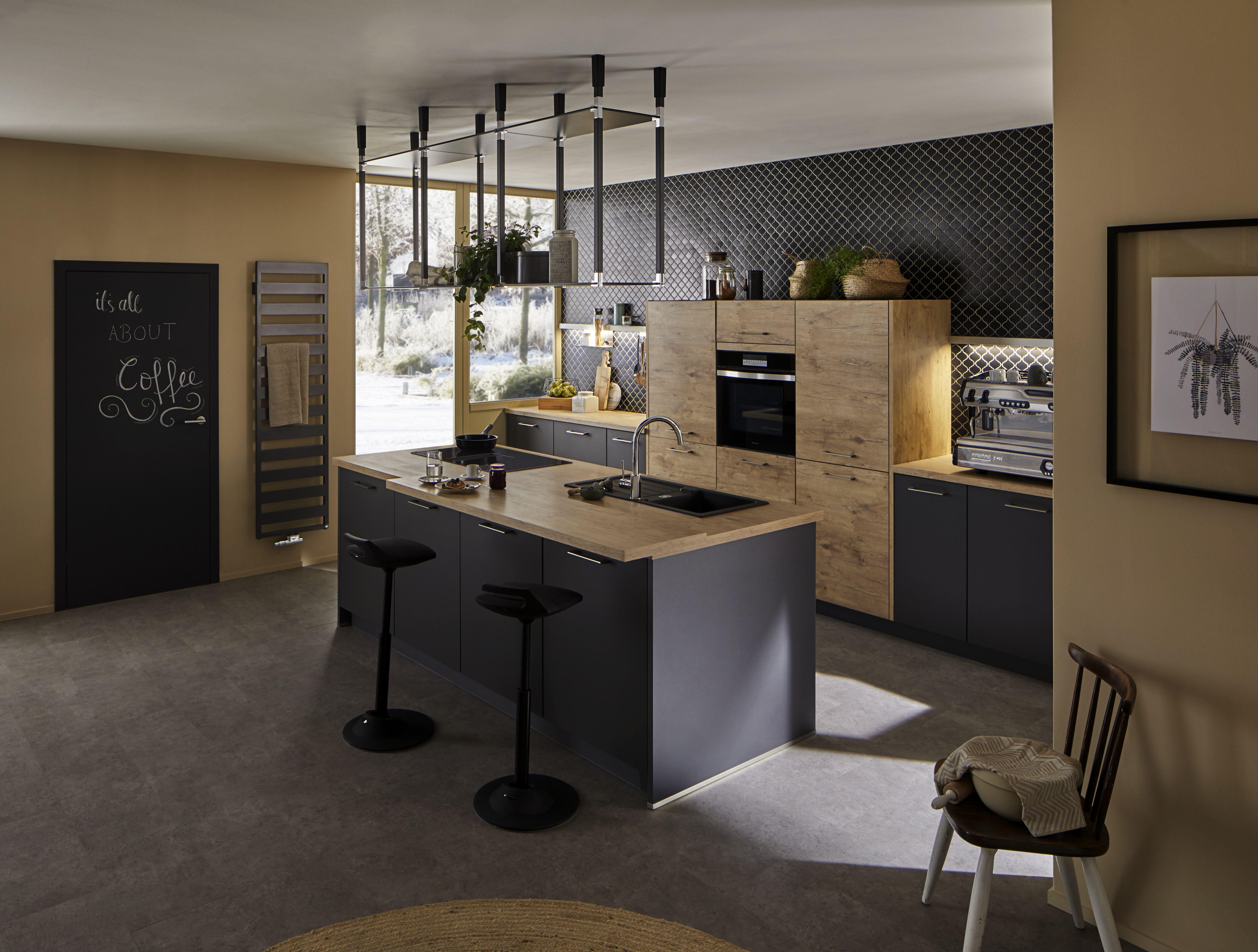 Kücheninsel mit tRACK Deckenregal trackbyvolumek track volumek deckenregal küche hängeregal ...