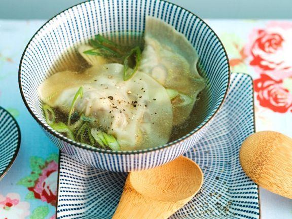 Asiatische Suppe mit Teigtaschen ist ein Rezept mit frischen Zutaten aus der Kategorie Brühen. Probieren Sie dieses und weitere Rezepte von EAT SMARTER!