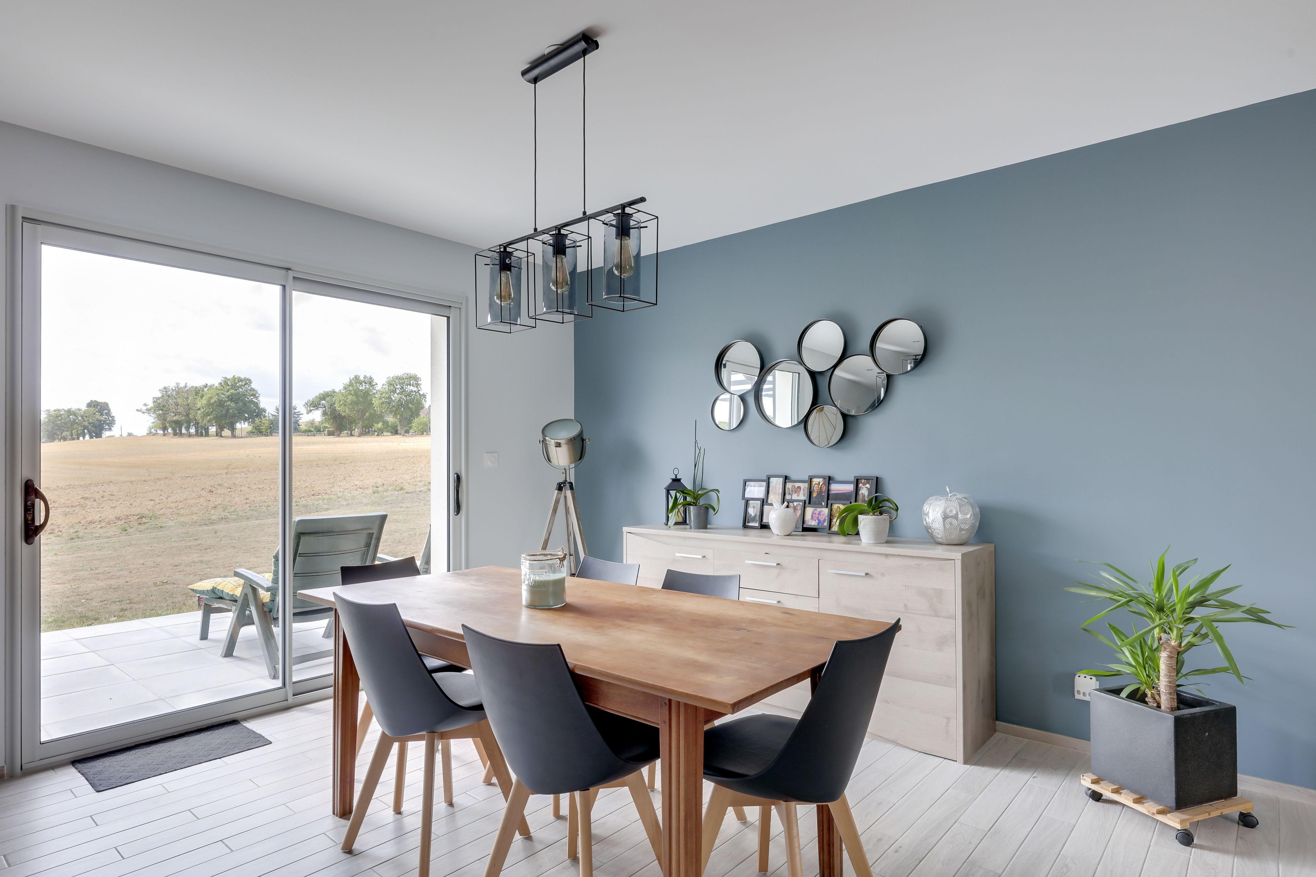 Un beau bleu-gris au mur de cette pièce à vivre!  Peinture