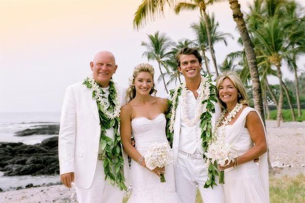 mère en robe blanche pour mariage de plage