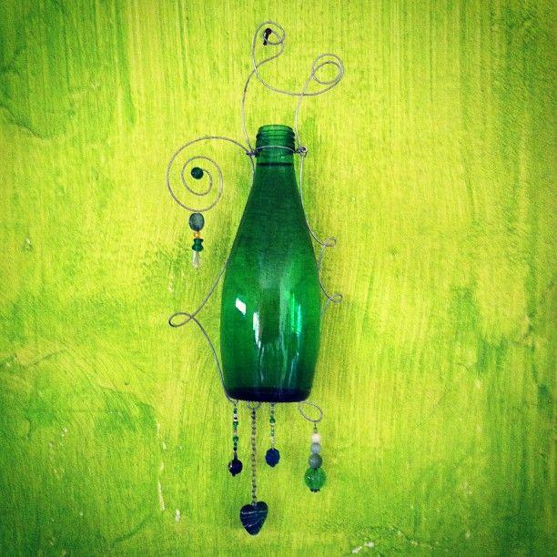 Diseño unico: botella re-personalizada como florero colgante (reciclaje)