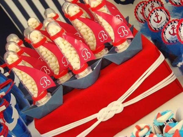 """Um charme a decoração deste chá de fralda com o tema marinheiros produzido pelaPersonnalité Festas e Eventos(clique)! Nenhum detalhe ficou de fora, as boias, ancoras e barquinhos nos doces e nas peças de decoração ficaram super charmosas além das cores: azul, branco e vermelho, não poderia ser mais """"navy"""", certo!? Adorei!!!! Ficha Técnica: Projeto, decoração, …"""