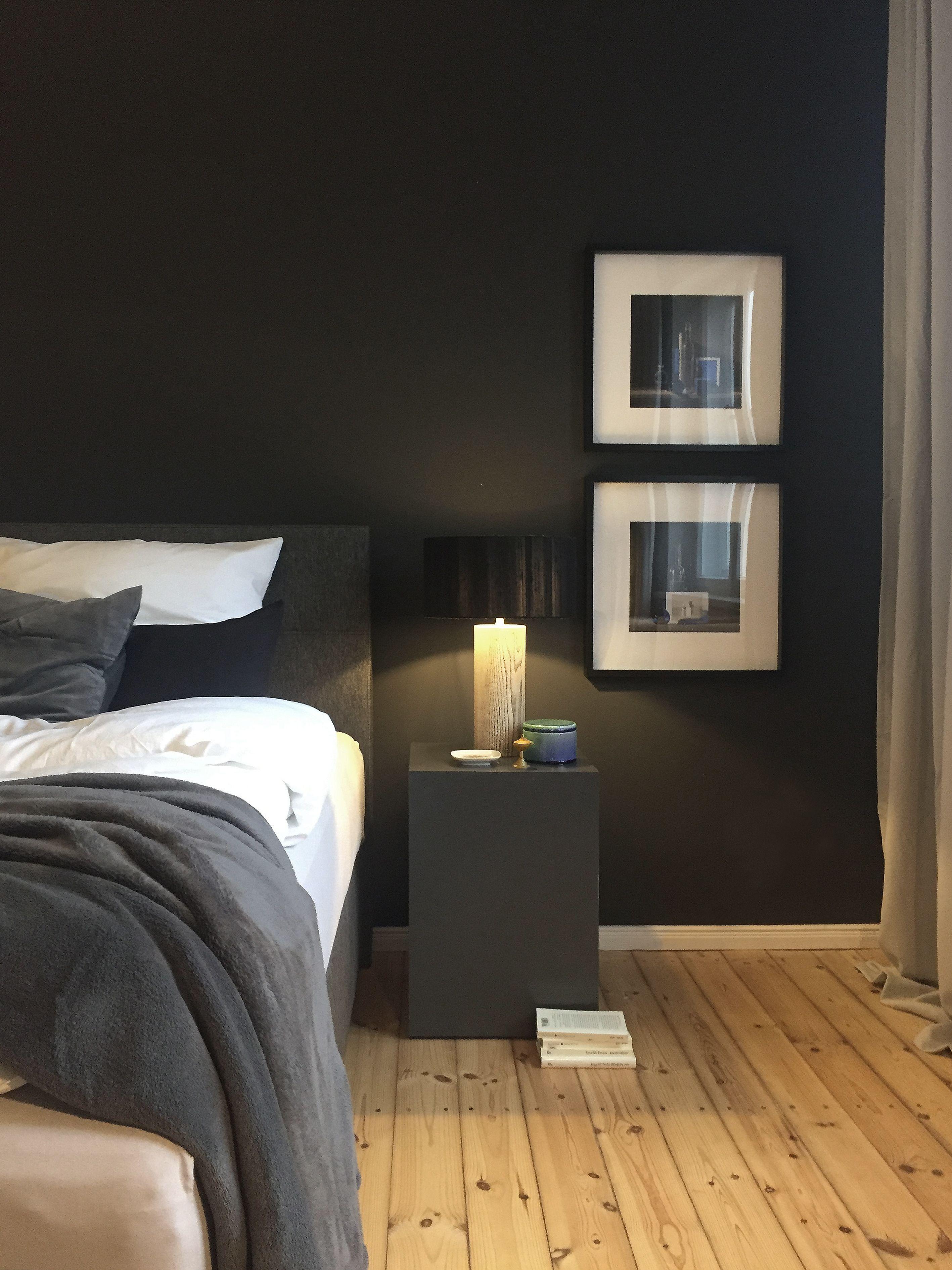 Minimalistischer Nachttisch Mit Wenigen Accessoires Und Zwei Modernen Stillleben In Einem Schlafzimmer In Einem Berlin Zehlendorfer Apart Quartos Design Quarto