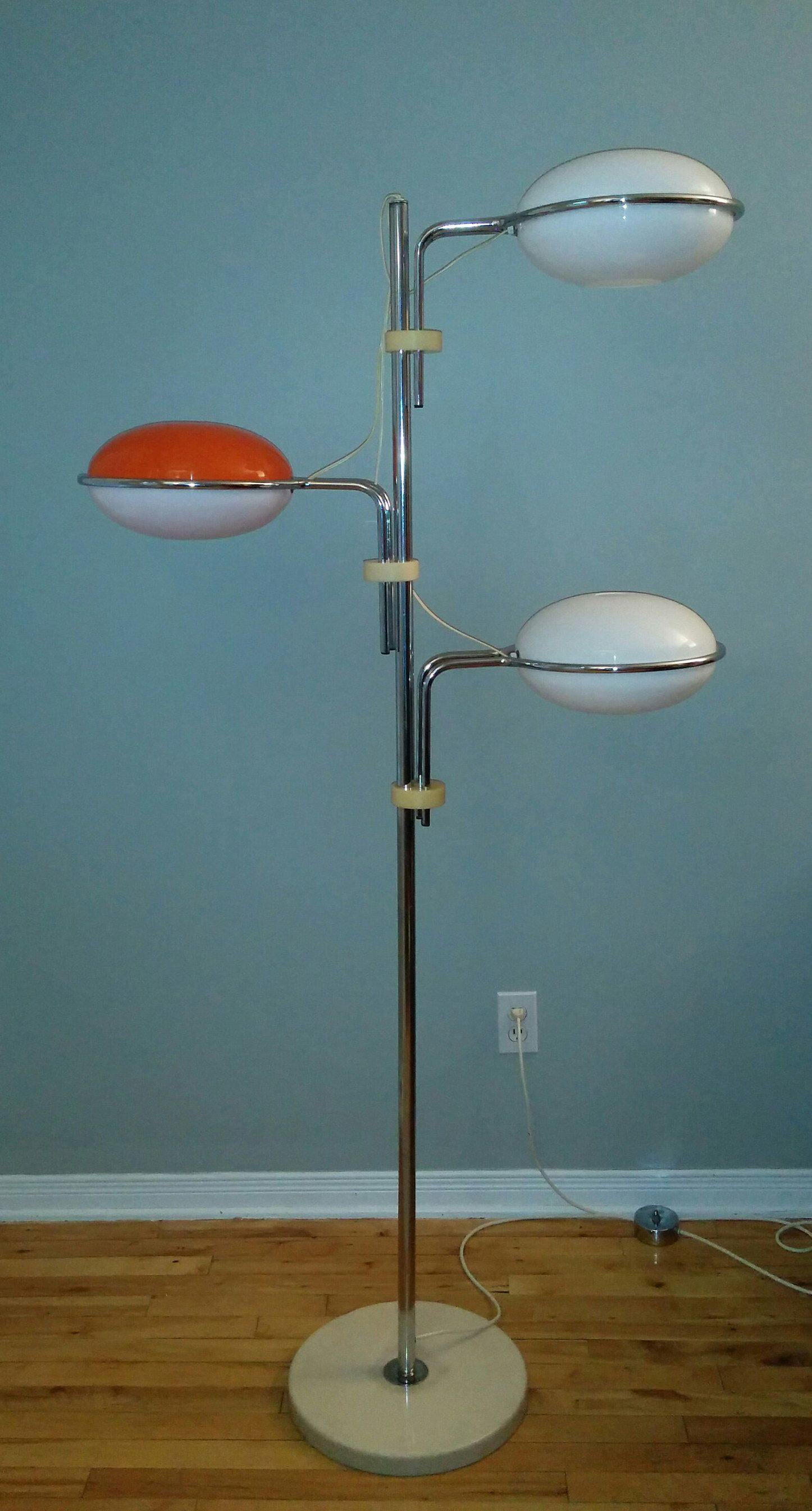 La sua forma, tipicamente anni '70 è avvolgente, definita, imponente. 84 Idee Su Guzzini Lampade Lampade Da Tavolo Lampada Vintage