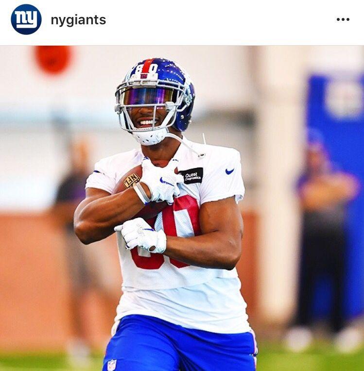 New york giants wide receiver victor cruz wearing a shoc