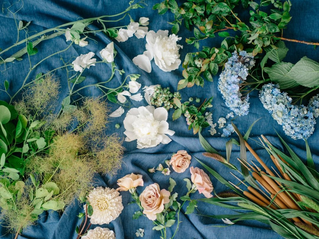 Want a DIY summer arrangement that will wow? See how @mooncanyon is combining beach grass, roses and hydrangea for a stunning warm weather look! #summer #flowers