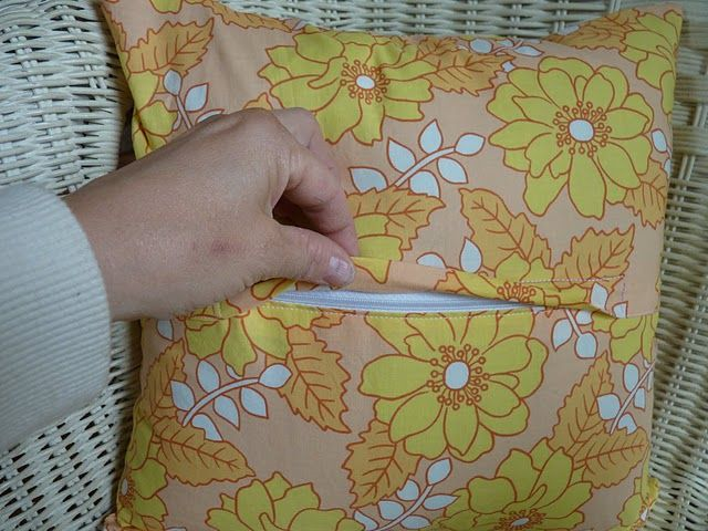 tutorial rei verschluss in kissen einn hen tutorial sewing a zipper into a pillow. Black Bedroom Furniture Sets. Home Design Ideas