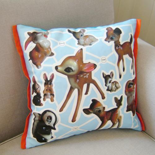 """""""Hjemme hos oss samler vi på gamle Disney figurer,Bambi og vennene hans er en av favorittene.""""    Kvalitet bomull/lin.Passer til putestørrelse 50x50 cm.Vaskes på 60 grader med fosfatfritt vaskemiddel.Puten har ensfarget bakside.Innerpute følger ikke med."""