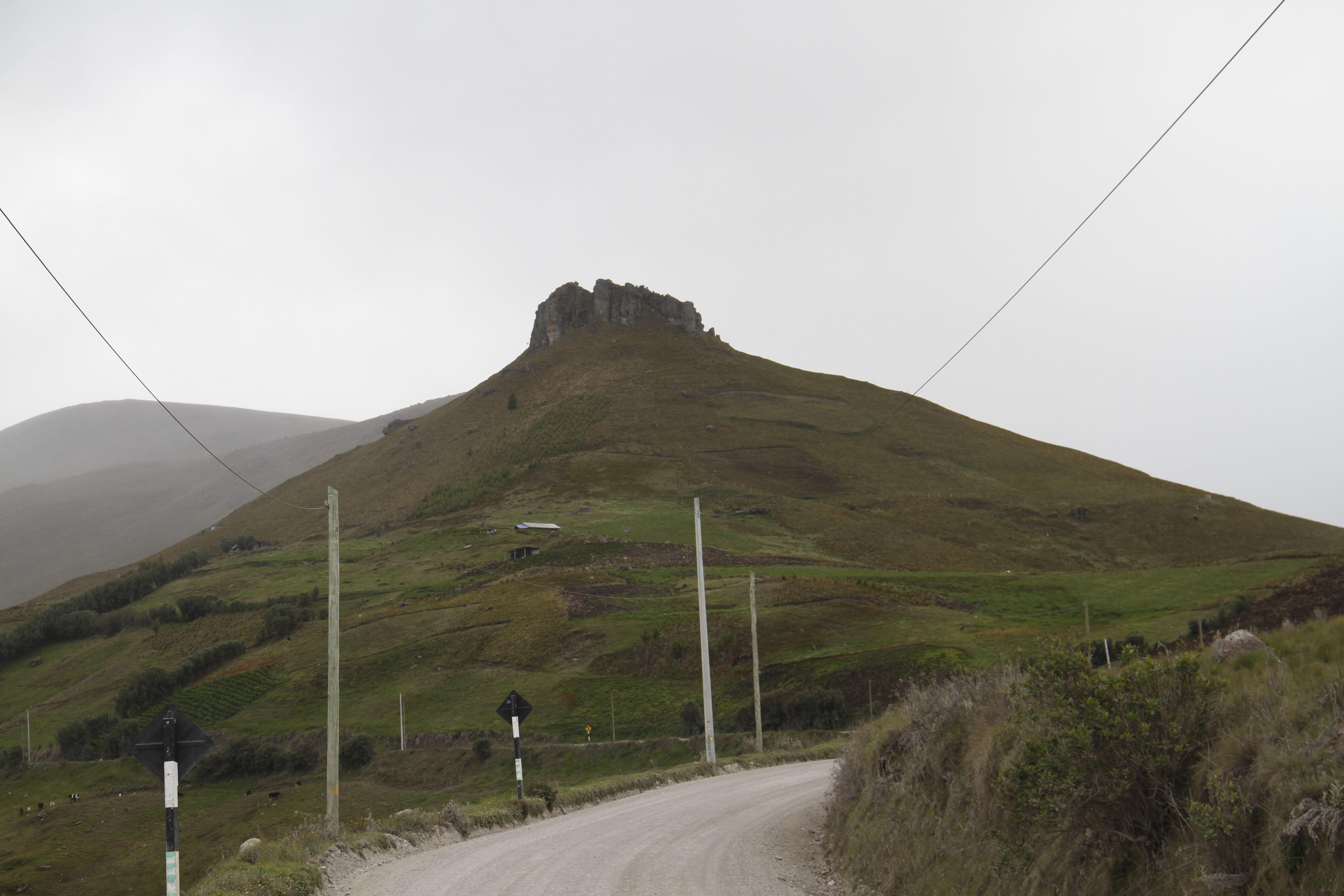 Curiosa formación que semeja un castillo en la punta de un cerro, cerca a Hualgayoc - Perú.