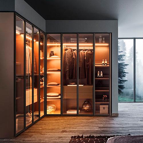 Armoire D Angle Contemporaine En Verre En Metal Milano Pianca En 2020 Armoire En Verre Agencement Dressing Decoration Interieure Moderne