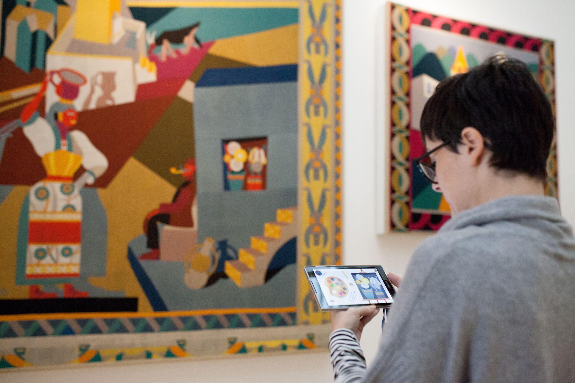 Le famiglie con bambini posso visitare la Casa d'Arte Futurista Depero giocando con le videoguide su tablet