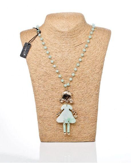 efd58b3bcaf4  Collar largo de bolitas de resina en color verde con un colgante de una  muñequita de la casa Careli.